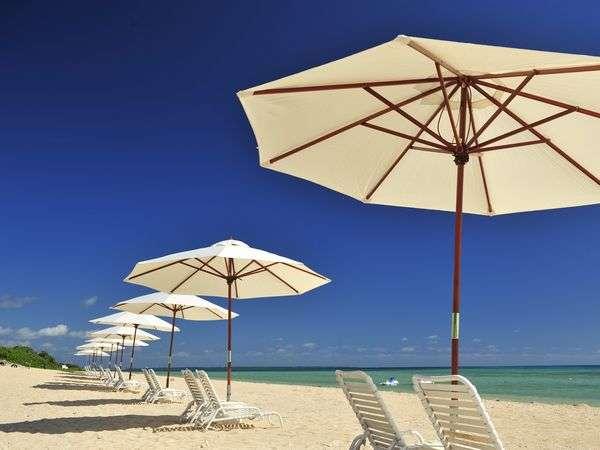 真っ青な海と空、真っ白な天然のビーチが広がる『はいむるぶしビーチ』