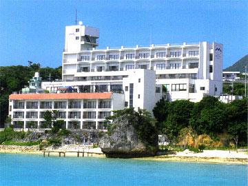 写真:ホテルモトブリゾートの外観